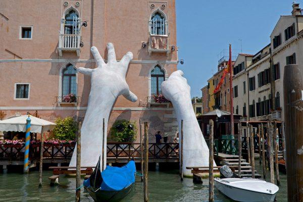 venezia mani biennale arte