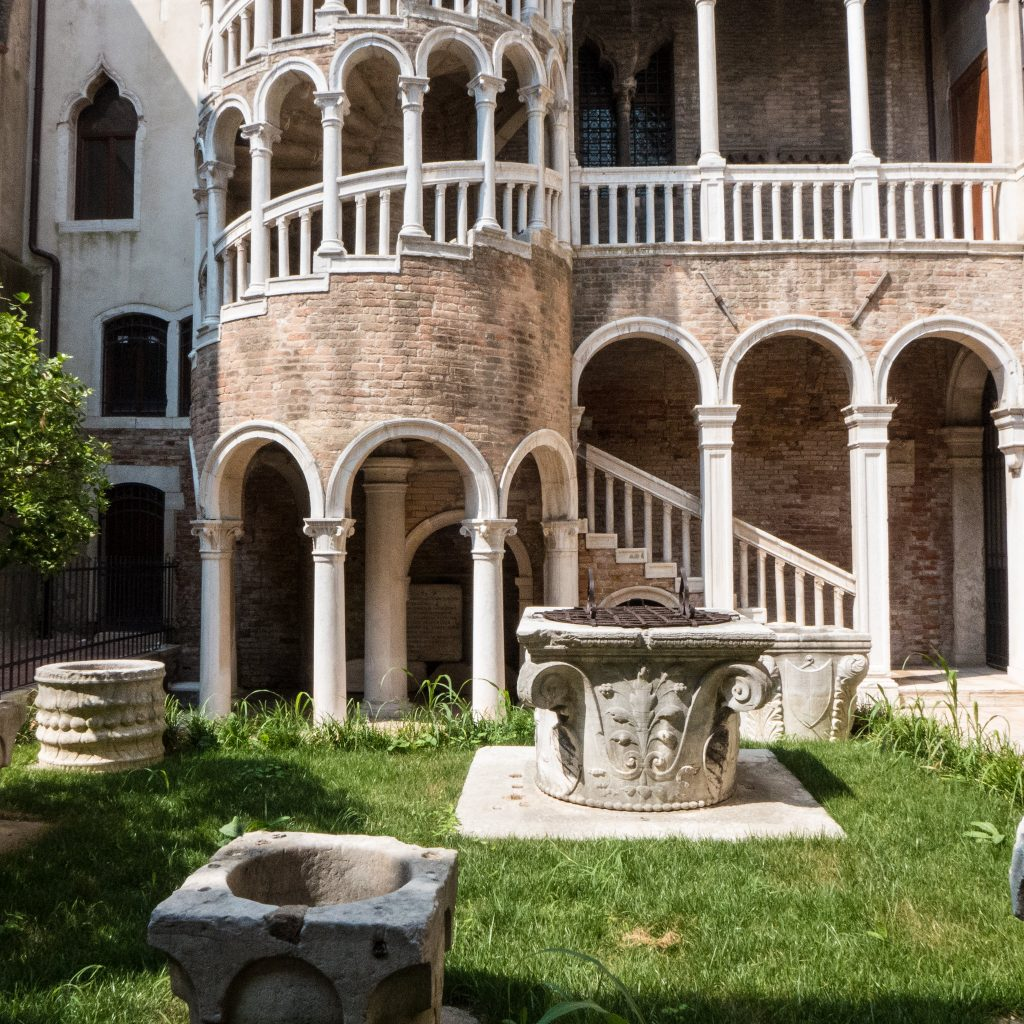 scala contarini del bovolo palazzi veneziani