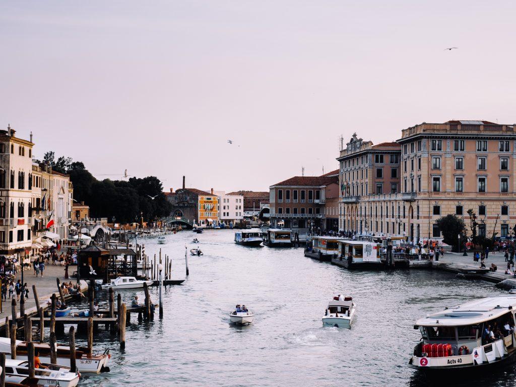 venezia vicino stazione santa lucia vista su canale